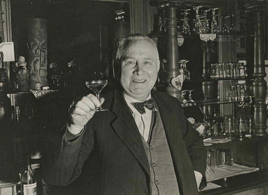 Christian Warlich an der Theke seiner Gaststätte, ca. 1960 (Foto: SHMH)