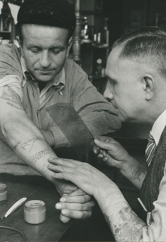 Christian Warlich bei der Arbeit mit einem Kunden, ca. 1936 (Foto: Erich Andres, SHMH)