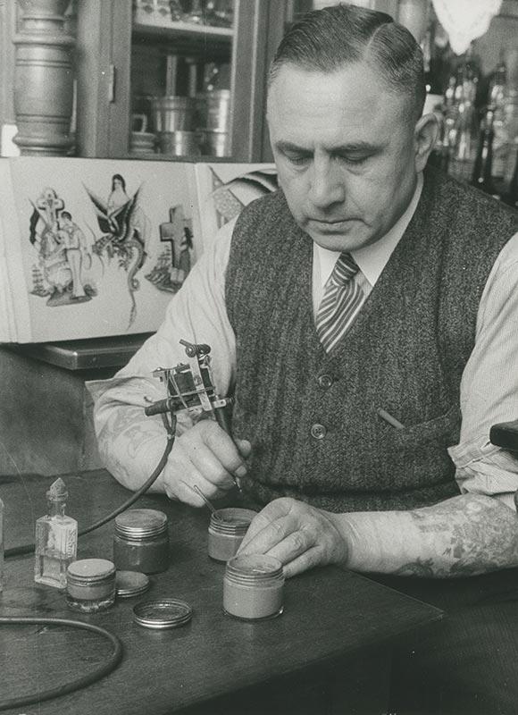 Christian Warlich im Tätowierbereich seiner Gaststättte  auf St. Pauli, ca. 1936 (Foto: Erich Andres, SHMH)
