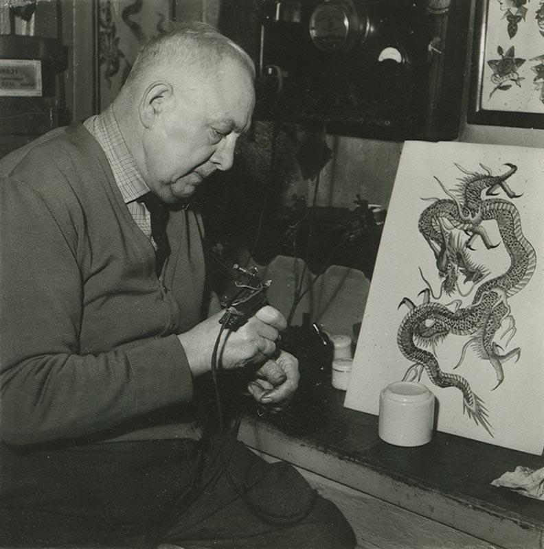 Christian Warlich im Tätowierbereich seiner Gaststättte auf St. Pauli, ca. 1960 (Foto: SHMH)