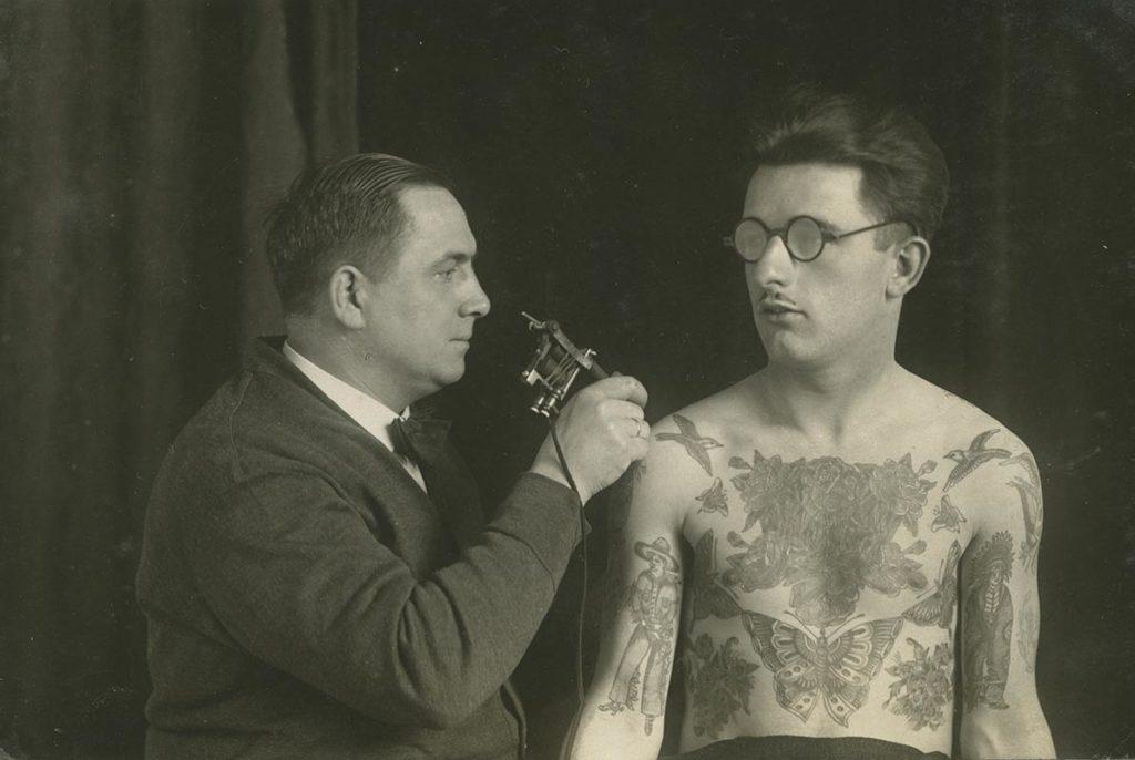 Christian Warlich tätowiert Karl Oergel, ca. 1930 (Foto: SHMH)