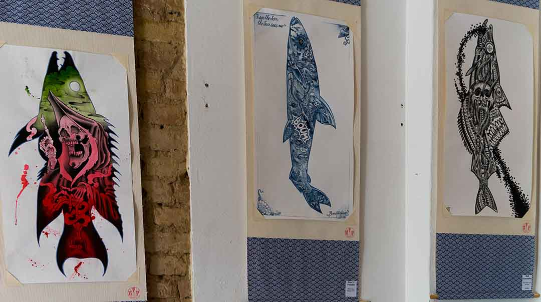 "Blick in die Ausstellung ""Dead Fish Art Project"" (Foto: Angry Norman)"