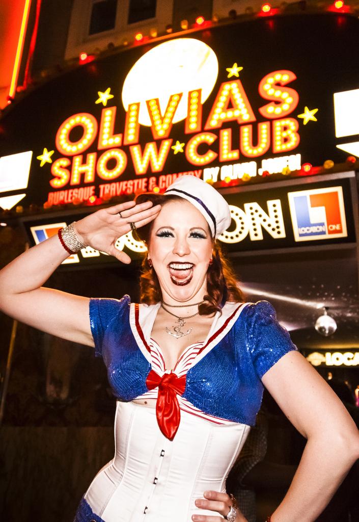 Eve Champagne vor dem Eingang zu Olivias Show Club (c) www.olivia-jones.de