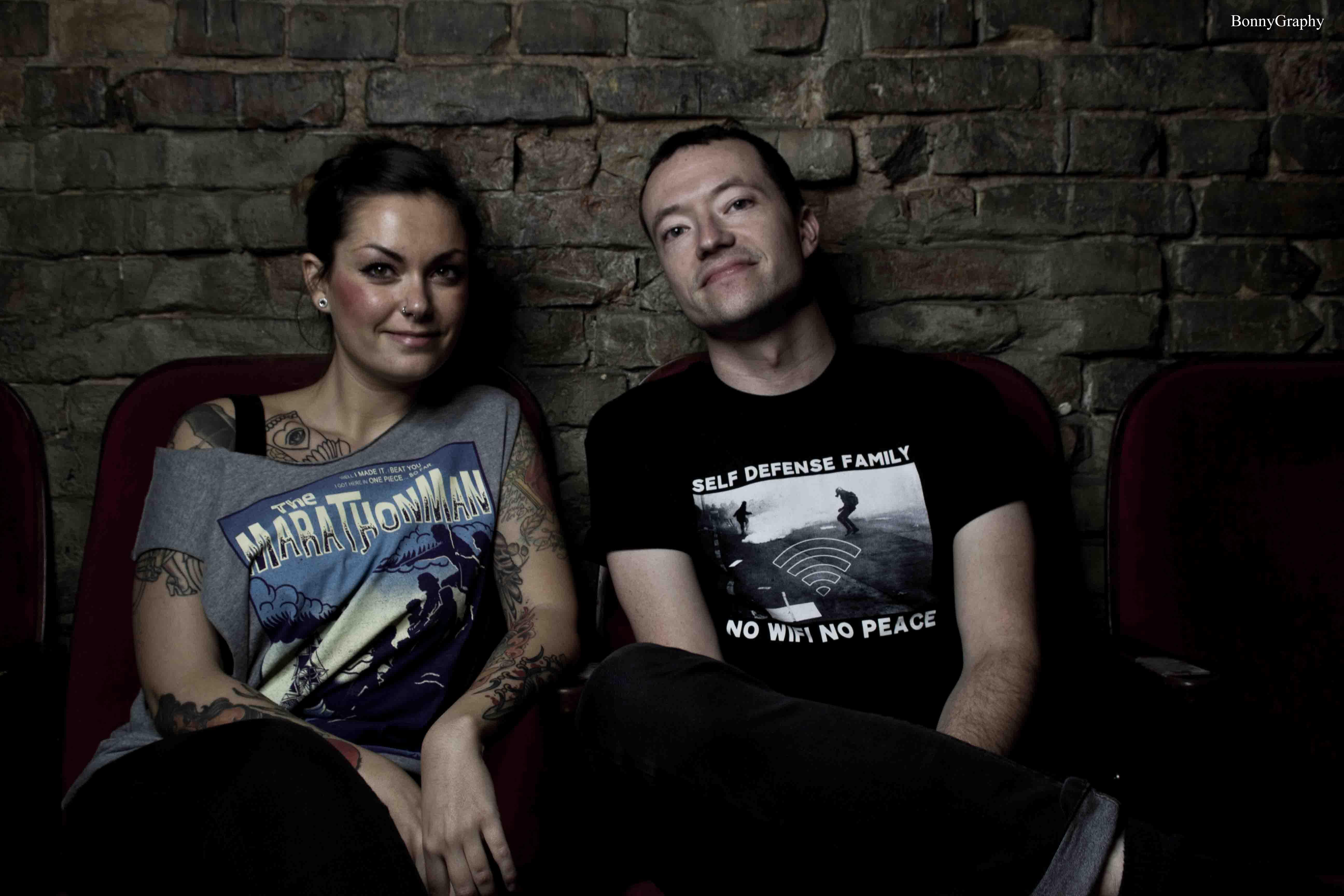 Vicky (li.) mit Jeremy von Touché Amoré (Foto by BonnyGRaphy)
