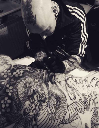 Elvis Tattoo Hamburg bei der Arbeit (Foto: van den Bussche)